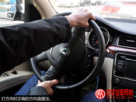 开车时单手握方向盘