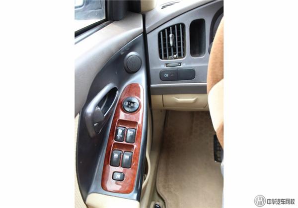 【基本信息】 评估车型:2007款现代伊兰特-三厢 1.6L 自动舒适型 上牌时间:2009年10月 新车落地价:10.72万 车体颜色:乌木黑 表征行驶里程:10万公里 【该车配置】 发动机:1.6L 112马力 L4 变速箱:4档自动变速器 车身结构:4门5座三厢车 进气形式:自然吸气 助力类型:机械液压助力 驱动方式:前置前驱 多媒体配置:单碟CD+6喇叭 安全装备:主副驾驶座安全气囊+发动机电子防盗+车内中控锁+遥控钥匙 口碑亮点:质量可靠、小毛病少、后备箱空间大、性价比高,是紧凑型家用轿车的典范